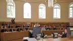 Grossratssaal mit einzelnen Jugendlichen und vielen leeren Sesseln.