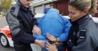Solothurner Polizisten verhaften einen Mann.
