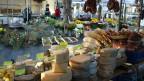 Marktstände mit Käse und Gemüse