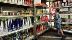 Ein Junge kauft sich Feuerwerk in einem improvisierten Feuerwerkladen.