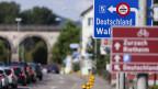 Stau in Koblenz, rechts deutlich die Strassentafel mit dem Wegweiser Richtung Grenze und Deutschland