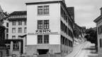 Die Fabrik für «Reisszeuge, Vermessungs- und optische Instrumente» startete im Ziegelrain (Aufnahme von 1920).