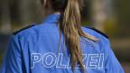 Polizistin mit langen Haaren