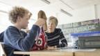 Seiorin hilft in Schule.
