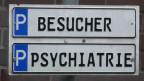 Schild zu Parkplätzen einer psychiatrischen Klinik.