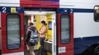 Pendler steigen in einer S-Bahn ein und aus.