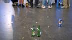 Junge trinken gerne im öffentlichen Raum.