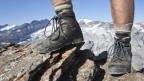 Wanderschuhe auf einem Gipfel.