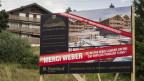 Ein Immobilienunternehmer klagt auf seinem Plakat bei Crans im Wallis Franz Weber wegen verlorener Arbeitsplätze an.