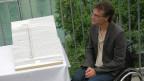 Herbert Bichsel von der Behindertenkonferenz präsentiert in Bern die Liftpläne.