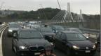 Schon am Sonntag staute sich der Verkehr auf der Poyabrücke.