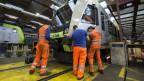 Wartung von BLS-Zügen in der Werkhalle in Spiez