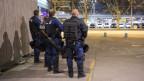 Kritisch blicken Polizisten Richtung Reitschule.
