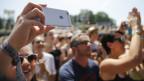 Blick ins Publikum, das mit Handys die Erlebnisse festhält.