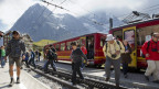 Das Bild zeigt japanische Touristen, die aus der Jungfraubahn steigen.