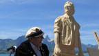 Polo Hofer und «seine» Holzstatue am Thunersee