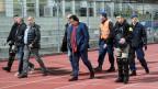 Von der Polizei eskortiert: Christian Constantin (Bildmitte).