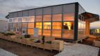 Gebäude mit Glasfassade, innen beleuchtet