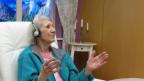 Die demenzkranke Liliane Frey hört ihre Lieblingsmusik.
