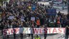 Leute demonstrieren, Luftaufnahme. Auf einem Transparent steht: Stop Westast.