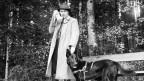 Mann mit Mantel und Hund