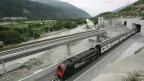 Auf dem Foto ist ein SBB-Zug zu sehen, der den Basistunnel bei Raron im Kanton Wallis verlässt.