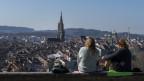 Zwei Frauen schauen auf die Altstadt von Bern