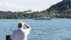 Schiff auf dem Bielersee, dahinter Erlach