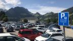 Voller Parkplatz am Schwarzsee.