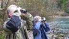 Ein Fischer und eine Vogelschützerin beim Zählen