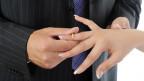 Paare tauschen Eheringe aus