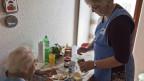 Spitex Angestellte macht Frühstück