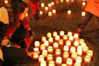 Menschen zünden Kerzen an