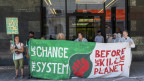 Aktivisten versperren den Eingang der UBS in Basel.