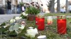 Am Tatort wurden Blumen und Kerzen niedergelegt.