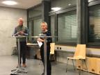 Erika Preisig informiert im vollen Schulhaus-Saal in Hofstetten-Flüh.