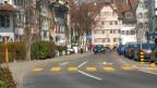 Eine Strasse, am Rande Häuser