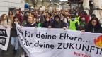 Blick auf eine Klimademo an der Reuss in Luzern.