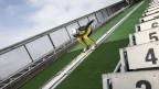 Ein Skispringer auf einer Sprungschanze