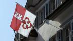 Regierungsgebäude in Sarnen mit Obwaldner Flagge.
