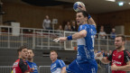 Ein Handballer beim Angriff.