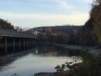 Ein Fluss im Sonnenuntergang.