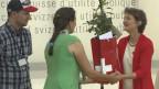 Simonetta Sommaruga überreicht ein Geschenk an eine Corona-Heldin.