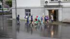 Kinder vor Schulhaus
