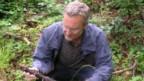 Pilzforscher Simon Egli von der WSL untersucht den Boden im Pilzreservat La Chanéaz FR.