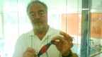 Bademeister Robert Kühne präsentiert die lebensrettende «Uhr» im Hallenbad in Speicher AR.