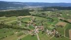 Hermrigen im Berner Seeland aus der Luft und noch ohne Bohrturm