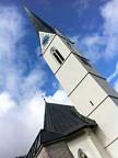 Sie zeigt rund um die Uhr jede Viertelstunde an: Die Kirche in Küblis GR.