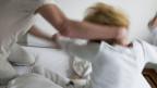Ein Mann schlägt seine Frau: Der Kanton Zürich setzt ein neues System gegen häusliche Gewalt ein.