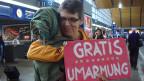 Daniel Krieg umarmt eine fremde Frau im Bahnhof Basel